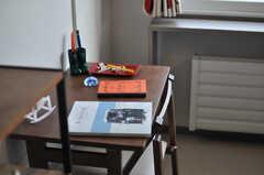 備え付けの机もお洒落です。※モデルルームです(103号室)(2013-10-21,専有部,ROOM,1F)