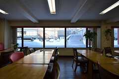 窓からは外の様子が見られます。(2015-01-20,共用部,LIVINGROOM,1F)