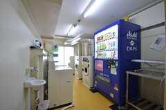 ランドリールームの様子。自販機が設置されています。(2015-01-20,共用部,LAUNDRY,1F)