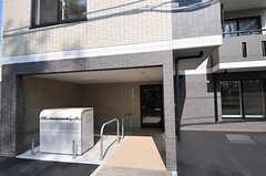 シェアハウスの正面玄関。道路に面して共用のゴミ置き場があります。(2012-05-10,周辺環境,ENTRANCE,1F)