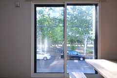 掃き出し窓の外は、今後はデッキを作りバーベキューなどが出来るスペースにするそうです。(2012-09-02,共用部,LIVINGROOM,2F)