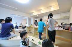 思い思いの場所で、食事を楽しんでいる様子。(2012-09-02,共用部,PARTY,2F)