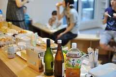 カウンター越しの懇親会の様子。(2012-09-02,共用部,PARTY,2F)