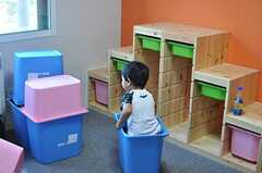 登るよりも箱に入ることを選んだ様子。(2012-09-02,共用部,PARTY,2F)
