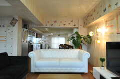 TVを囲むようにコの字型にソファが配置されています。(2013-08-27,共用部,LIVINGROOM,1F)