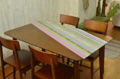 テーブルはマスキングテープで飾りつけられています。(2013-08-27,共用部,LIVINGROOM,1F)