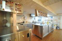 キッチンの様子。業務用の大きなキッチン機器。(2013-08-27,共用部,KITCHEN,1F)