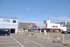 隣がショッピングモールです。ドラッグストアや家電量販店もあります。(2013-08-27,共用部,ENVIRONMENT,1F)