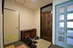 内部から見た玄関周りの様子。水色のドアがリビングです。(2015-01-21,周辺環境,ENTRANCE,3F)