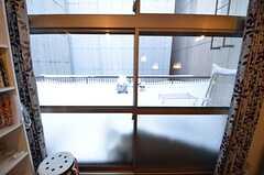 ベランダの様子。夏場にはBBQをしながら、プロジェクタで隣のビルに映像を投影し、映画を見るそう。(2015-01-21,共用部,OTHER,3F)