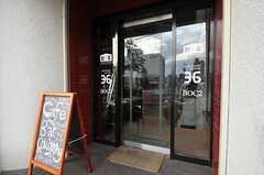 シェアハウスの正面玄関。ドア前を踏むと動くレトロな自動ドア。(2012-10-03,周辺環境,ENTRANCE,1F)