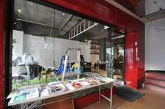 正面玄関から見た内部の様子。左手が店舗となる予定のスペースです。奥の階段でリビングのある2Fへ。(2011-12-11,周辺環境,ENTRANCE,1F)