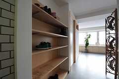 玄関ドア脇の靴箱の様子。(2011-12-11,周辺環境,ENTRANCE,2F)