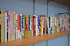 入居者さんが増えるのと比例して、本も増えそう。(2011-12-11,共用部,LIVINGROOM,2F)