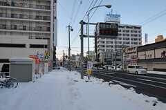近くには新千歳空港直通の高速バスの停留所があります。(2011-12-11,共用部,ENVIRONMENT,1F)