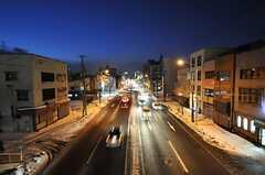 目の前の歩道橋から見た通りの様子。中心地へも徒歩圏です。(2011-12-11,共用部,ENVIRONMENT,1F)