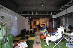 通りから見たCoworking Cafe 36店内の様子。(2012-10-03,共用部,OTHER,1F)