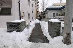 エントランスまでのアプローチは、ロードヒーティングで雪が積もりません。(2011-03-12,共用部,OTHER,1F)