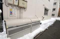 アプローチ横のゴミ置き場の様子。(2011-03-12,共用部,OTHER,1F)