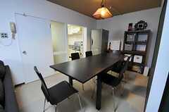 ダイニング・テーブルの天板は、延長できます。(2011-03-12,共用部,LIVINGROOM,2F)