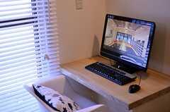 共用PCの様子。PCはTVとプロジェクターと連動していて、PCの映像を大画面で流せます。(2012-02-21,共用部,PC,1F)
