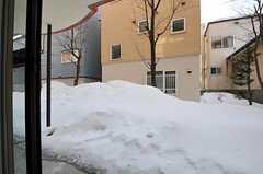 雪が溶けたら、ウッドデッキが敷かれる予定との事。(2012-02-21,共用部,OTHER,1F)