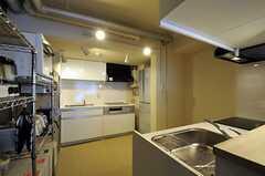 キッチンの様子。対面で2台設置されています。(2012-02-21,共用部,KITCHEN,1F)