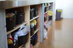 カウンター下は部屋ごとの収納が用意されています。(2014-06-04,共用部,KITCHEN,2F)