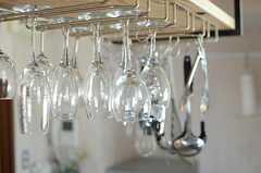 天板にはワイングラスが掛けられています。(2014-06-04,共用部,KITCHEN,2F)