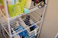 洗面台脇の収納ラックには、洗面道具などを置いておけます。(2014-06-04,共用部,BATH,2F)