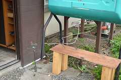 玄関前のベンチは喫煙スペースになっています。(2012-10-03,周辺環境,ENTRANCE,1F)