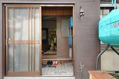 シェアハウスの正面玄関。引き戸です。(2012-10-03,周辺環境,ENTRANCE,1F)