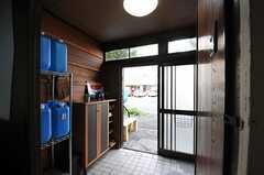 内部から見た玄関周辺の様子。(2012-10-03,周辺環境,ENTRANCE,1F)