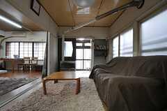 ソファとローテーブルの様子。リビングはふた間続きです。(2012-10-03,共用部,LIVINGROOM,1F)