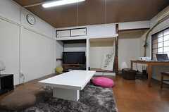 大きめのテーブルもあります。(2012-10-03,共用部,LIVINGROOM,1F)