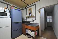 冷蔵庫と流し台の様子。廊下に出て左を向くと、水まわり設備があります。突き当りの窓から左を向くと階段です。(2012-10-03,共用部,KITCHEN,1F)