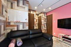 大きなソファが設置されています。ソファ奥の壁面には掃除の当番表があります。(2018-04-18,共用部,LIVINGROOM,1F)