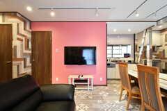 共用TVの様子。TV左手のドアがバスルームです。(2018-04-18,共用部,TV,1F)