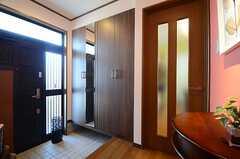 内部から見た玄関周辺の様子。右手のドアがリビングです。(2015-02-16,周辺環境,ENTRANCE,1F)