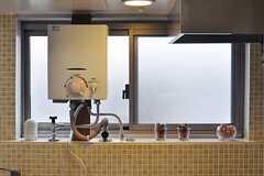 ガス給湯器も、雰囲気良い感じに納まっています。(2012-03-23,共用部,KITCHEN,4F)