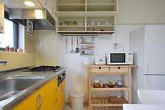 キッチン脇にはキッチン用品がずらり。(2012-03-23,共用部,KITCHEN,4F)