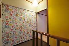 廊下の様子。階段突き当たりの壁は花いっぱい。(2012-03-23,共用部,OTHER,5F)