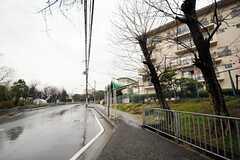 シェアハウス最寄のバス停・松ヶ丘小学校前の停留所の様子。(2012-03-23,共用部,ENVIRONMENT,1F)