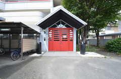 シェアハウスの玄関。赤いドアと三角屋根が特徴的です。(2015-09-01,周辺環境,ENTRANCE,1F)