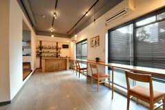窓際はカウンターテーブル、奥にバーカウンターがあります。(2017-01-16,共用部,LIVINGROOM,1F)