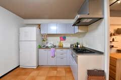 キッチンの様子2。シンクとガスコンロは3セット設置されています。(2017-01-16,共用部,KITCHEN,1F)