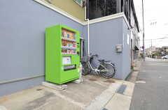 自転車置き場の様子。自動販売機も設置されています。(2015-02-03,共用部,GARAGE,1F)