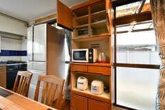収納棚の様子。電子レンジ、炊飯器、電気ケトルが設置されています。(2018-02-13,共用部,KITCHEN,1F)