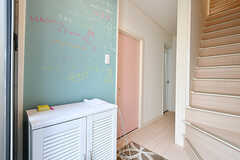 玄関の壁は黒板塗装です。(2017-10-11,周辺環境,ENTRANCE,1F)