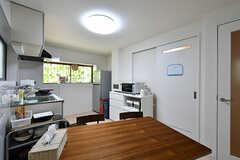 ダイニングの様子。キッチンが併設されています。(2017-10-11,共用部,LIVINGROOM,1F)